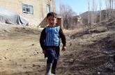 شاهد.. الطفل الأفغاني عاشق ميسي.. من كيس بلاستيكي الى شهرة واسعة