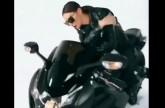 بالفيديو - نجمة عربية تسقط عن الدراجة النارية بسبب الملابس الجلدية الضيقة