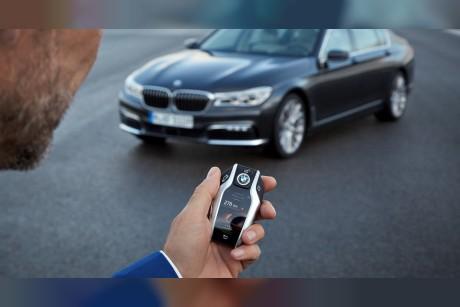 شاهد   مفتاح سيارة BMW الذكي أكثر من مجرد مفتاح