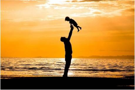 في عيد الأم .. الأب خارج حسبة الهدايا والأغاني