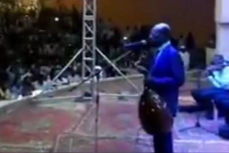 بالفيديو.. مطرب سوداني لجمهوره «يا تغنوا انتو يا أغني أنا»