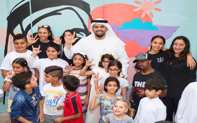 بالصور..حسين الجسمي يزور ويقرأ قصص لأطفال أصحاب همم - دوت امارات