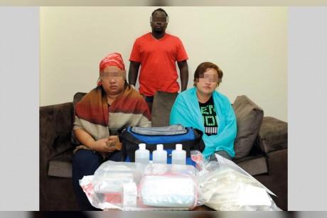 رجل وامرأتان يُجرون عمليات تجميل منزلية بـ «بوتكس»
