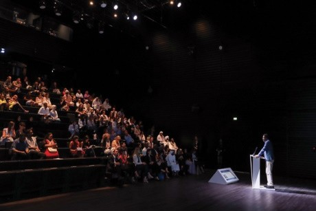 جلسة تناقش مسيرة إبراهيم الصلحي في مسرح «اللوفر أبوظبي»