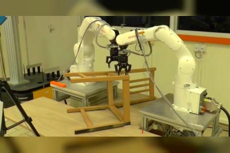 فيديو  شاهد كيف تصنع هذه الروبوتات الأثاث بسرعة مدهشة
