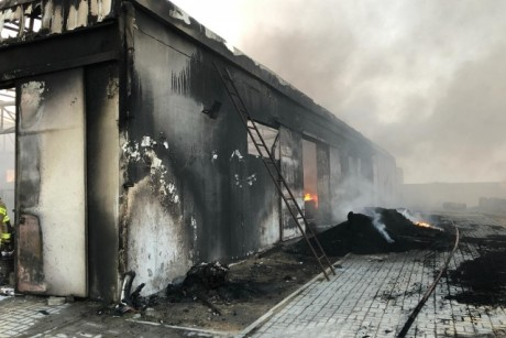 حريق بمصنع للإطارات في أم القيوين
