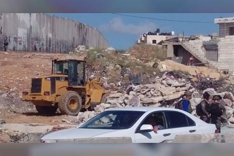 بالصور: الاحتلال يهدم منشآت تجارية ويجرف أراضٍ فلسطينية في القدس