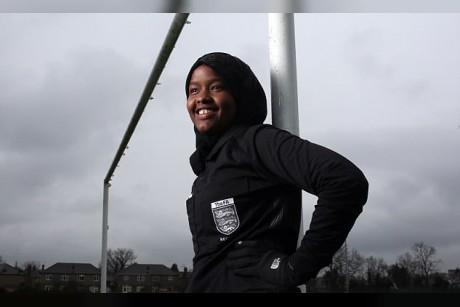 فيديو| سر نجاح أول مسلمة تحكم مباريات كرة القدم في بريطانيا