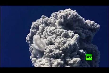 شاهد عن قرب..  لحظة ثوران بركان جبل ميرابي في إندونيسيا