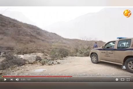 بالفيديو: خاص للشبيبة.. شباب تقوم بالمغامرة داخل مجرى وادي والشرطة تحذر