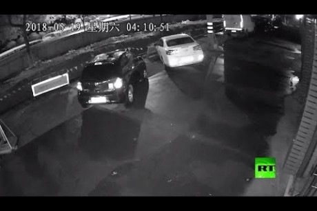 كاميرات المراقبة تسجل لحظة ظهور حفرة كمقبرة للسيارات