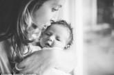 15 أُم أميركية تتطوع لإرضاع طفل.. تعرف على قصته ووالدته