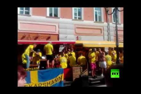 مشجعو السويد ينشدون أغنية شعبية روسية!