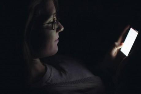 دراسة: لا تستخدم الهاتف بعد الساعة العاشرة مساء