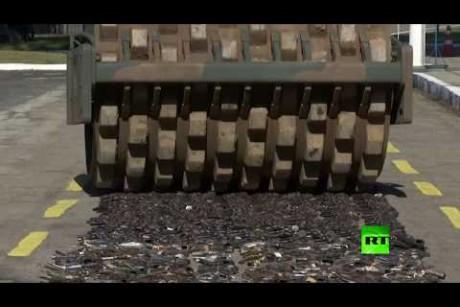 شاهد.. تدمير كميات كبيرة من الأسلحة في البرازيل