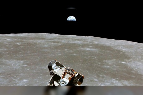 روبوتات أمريكية إلى القمر والعين على المريخ