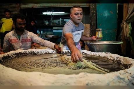 الكنافة اليدوية تتربع على عرش الحلويات في شهر رمضان