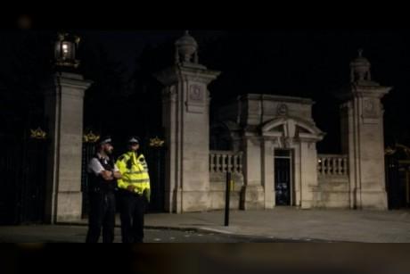بدء محاكمة رجل هاجم شرطيين أمام قصر باكينغهام العام الماضي