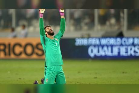 أغلى حارس في تاريخ كرة القدم يكشف رسالة المصري صلاح له(فيديو)