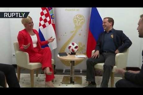 لحظة لقاء رئيس الوزراء الروسي مع رئيسة كرواتيا قبيل لقاء منتخبيهما في المونديال