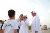 ناشئة مليحة يتعلمون أساسيات التصوير الفوتوغرافي