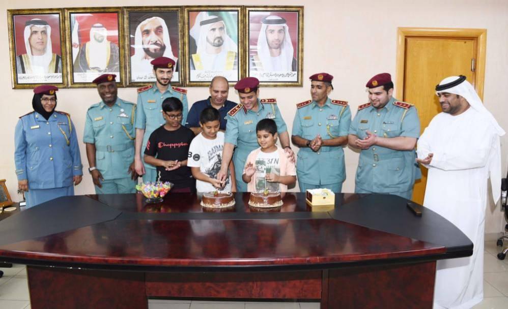 تحقيق أمنية طفل بالاحتفال بعيد ميلاده مع الشرطة - دوت امارات