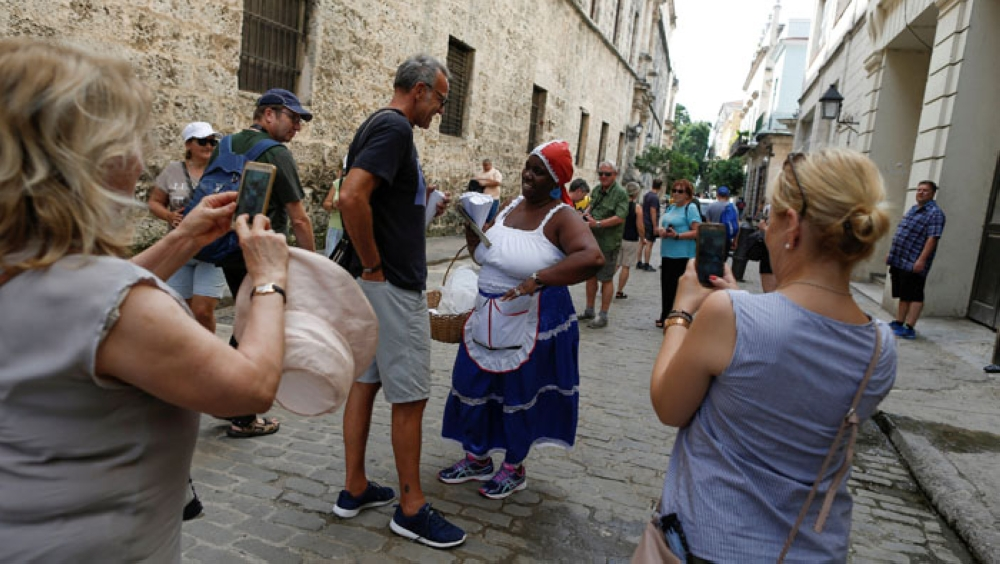In Cuba, street vendors sing to sell, from salsa to reggaeton - Dotemirates