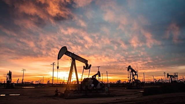 US crude stockpiles drop beyond forecasts; oil prices surge - Dotemirates