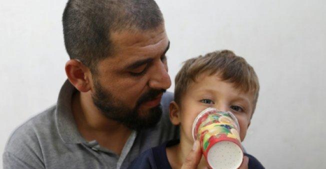في ادلب.. أكواب كرتون محشوة بالقطن تتحول كمامات واقية من الغازات السامة - دوت امارات