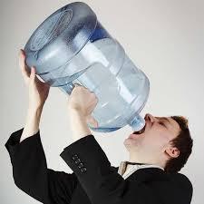 اضرار الافراط في شرب السوائل قبل النوم - دوت امارات