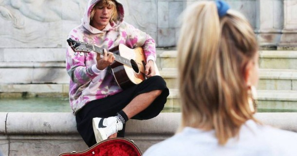 بيبر يغنّي لحبيبته في قلب لندن... هذه الفتاة حبّ حياتي
