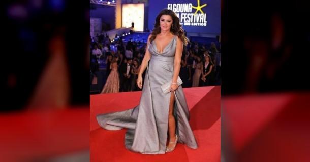 فستان غادة عادل يُحرجها في مهرجان الجونة... تعثّرت مرتين (فيديو)