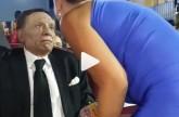 بالفيديو - نظرة عادل إمام لغادة عبد الرازق عند تقبيلها تثير جدلاً... وإعلامية: مو هين الشايب