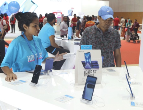 «متوسطة السعر» تتصدر مبيعات الهواتف الذكية في «جيتكس شوبر» - دوت امارات