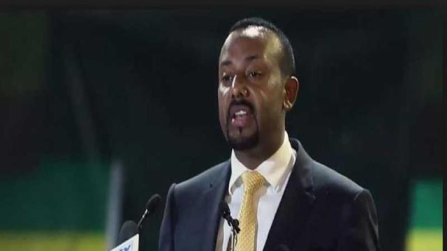 رئيس وزراء اثيوبيا يمارس تمريناً رياضياً مع جنود محتجين - دوت امارات