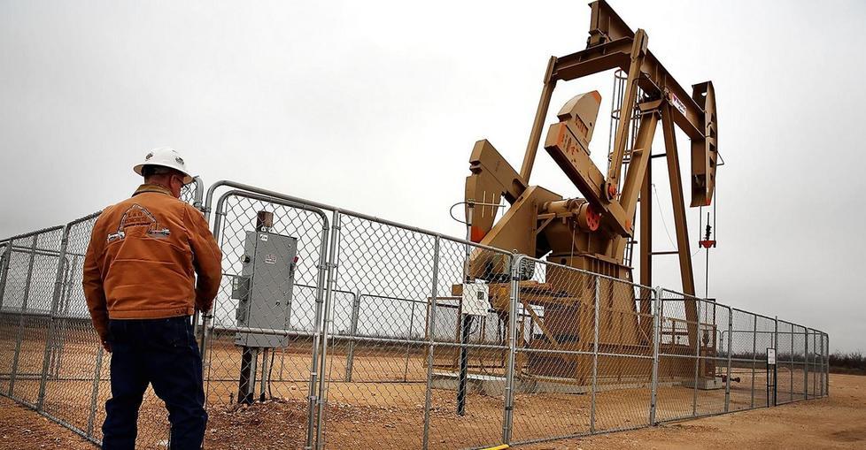 النفط يهبط 4% بفعل مخاوف من ضعف الطلب وفائض في المعروض - دوت امارات