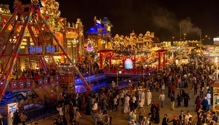 القرية العالمية في دبي تستقبل أكثر من 430 ألف زائر خلال احتفالات اليوم الوطني الـ 47 - دوت امارات