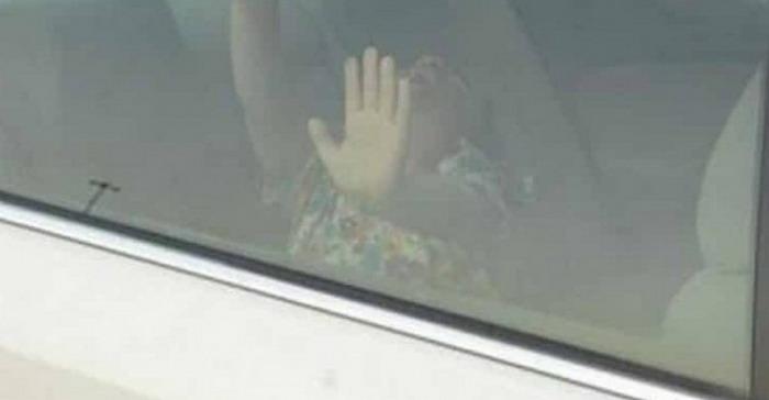 سحب سيارة مخالفة في أحد المواقف بالسعودية وداخلها طفلة صغيرة - دوت امارات